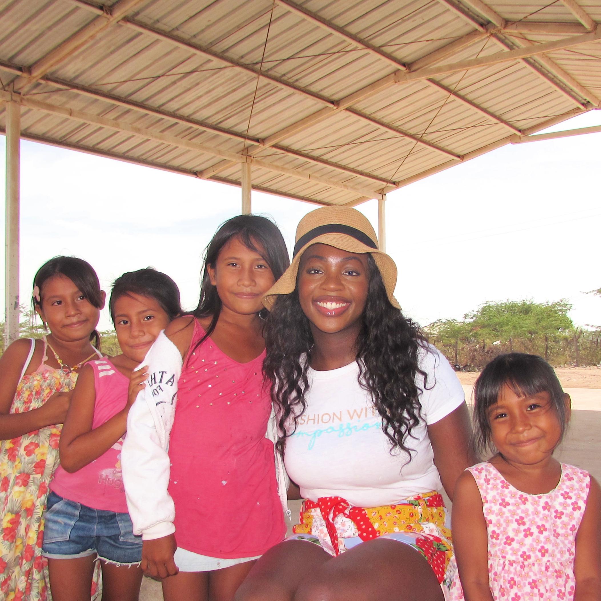 Amber Hammond with children in the Wayúu village.